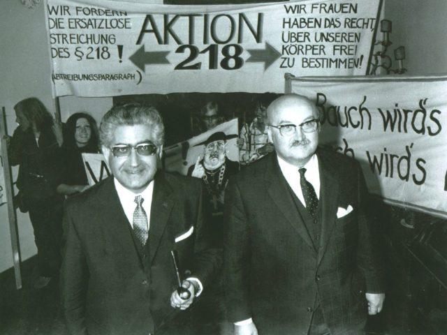Bundesjustizminister Dr. Gerhard Jahn bei einer SPD-Frauenveranstaltung im Münchner Künstlerhaus am 2. Juli 1971. Quelle: EMMA-Archiv