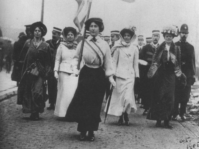 """Die """"lila, weißen und grünen Suffragetten"""" beim Marsch durch London, Oktober 1908 © Museum of London"""