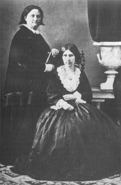 Quelle: Wisconsin Historical Society. Ganz, J. Mathilde Anneke and Mary Booth, 72188. URL: https://images.wisconsinhistory.org/700099990874/9999012005-l.jpg