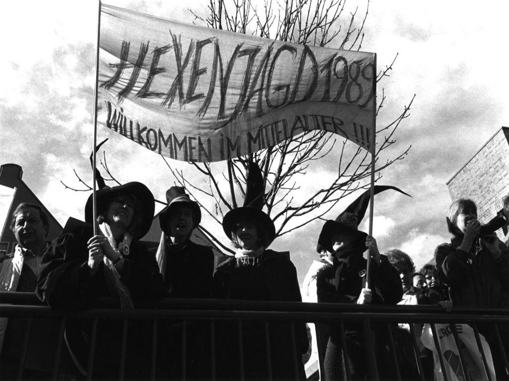 """Demonstration in Memmingen gegen die """"Hexenprozesse"""" und den Paragraphen 218, 6.03.1989 © Ursula Dresing (FMT-Signatur: FT.02.0129)"""