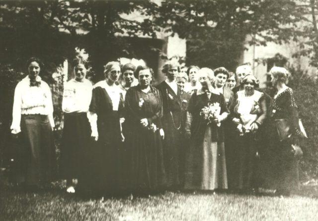 Swarthmore College Peace Collection, WILPF-Congress, Zürich 1919; in der ersten Reihe: Helene Stöcker, Anita Augspurg, Lida G. Heymann, Gertrud Baer in der hintersten Reihe, 3. v. l.