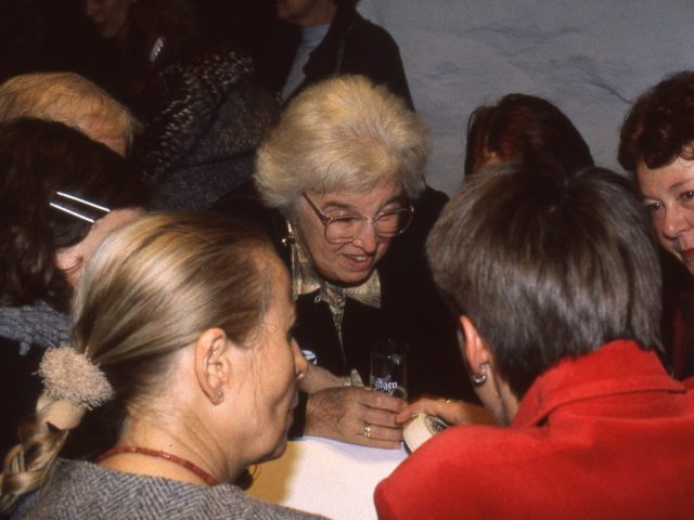 Gerda Lerner im Gespaech Beauvoir Kongress (FMT Signatur FT.04.056)