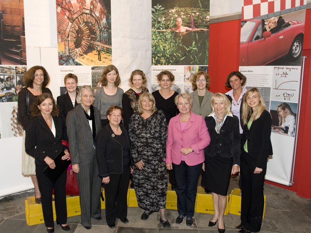 """Gruppenbild Forscherinnen von """"Frauen die Forschen"""" (FMT-Signatur FT.05.031b)"""