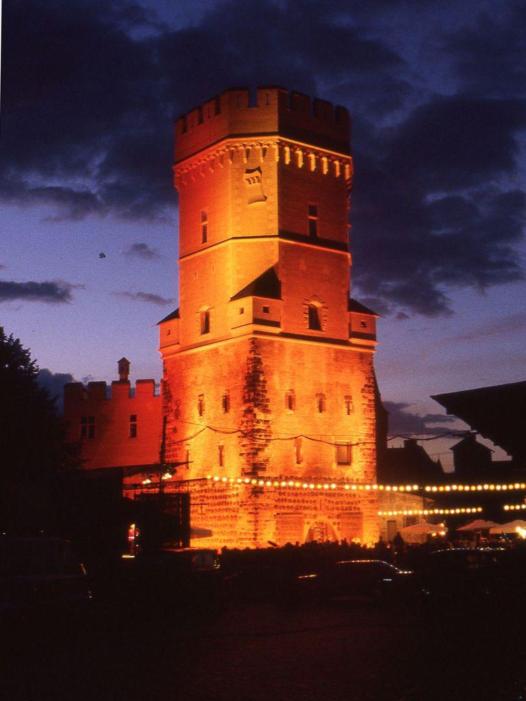 ganzer Turm angestrahlt orange