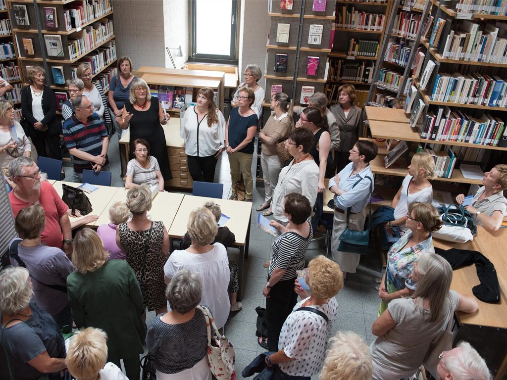 Turmfuehrung FMT Alice Schwarzer und Besucher