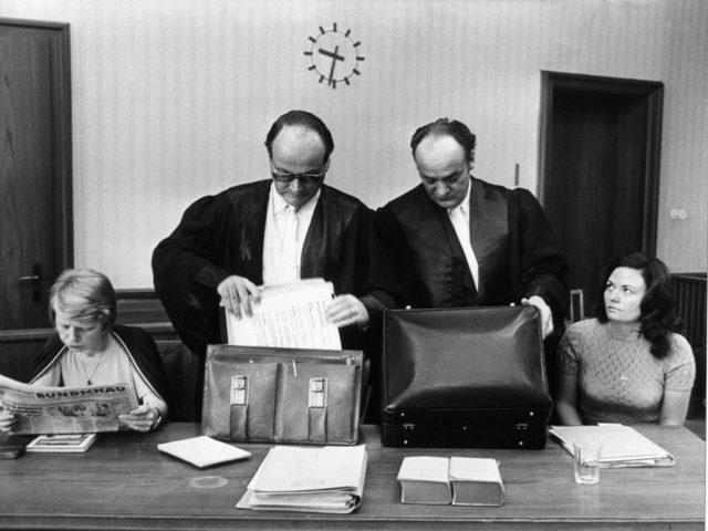 Mordprozess Ihns / Andersen, 1974, Bildquelle: EMMA-Archiv, Die Angeklagten mit Anwälten am 21.08.1974 vor Gericht