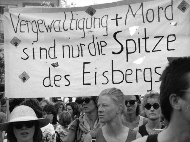 Demonstration Hildesheim, 1990, Bildquelle: EMMA-Archiv, © Gesa Kohlhase, Demonstrantinnenzug durch die Hildesheimer Innenstadt am 5.5.1990 (FMT-Signatur: FT.02.0170)