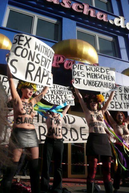 Femen-Aktion in Köln, 2012, Externer Link: EMMAonline
