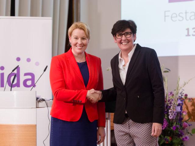 DDF Festakt Bundesfamilienministerin Franziska Giffey und Sabine Balke ©Digitales Deutsches Frauenarchiv/Tanja Schnitzler
