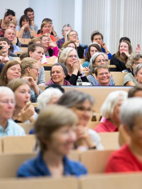 Feministische Sommeruni Publikum Generationenmix © Digitales Deutsches Frauenarchiv/Tanja Schnitzler