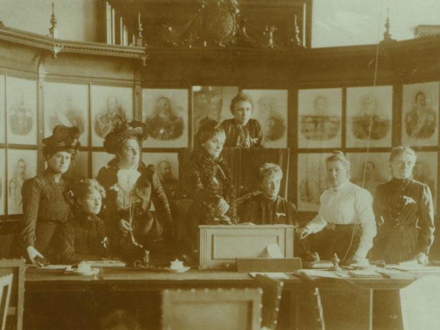 Wichtigste Pionierinnen beim Verband fortschrittlicher Frauenvereine, Berliner Reichstag, 3.10.1901 ©ullstein Bild (FMT-Signatur FT.01.037)