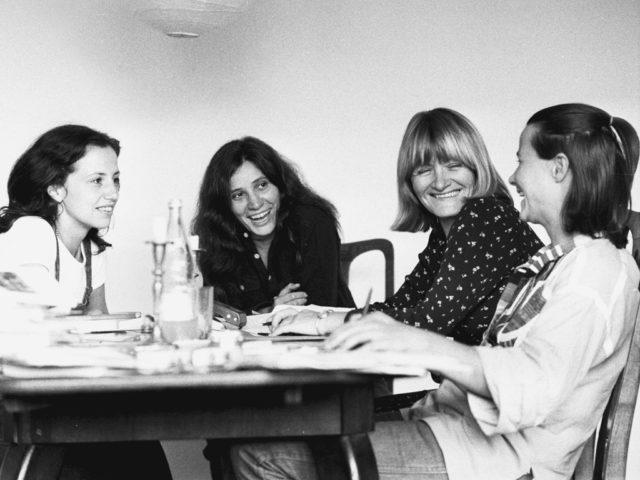 Die Kalendergruppe des Frauenkalenders: Renate Bookhagen, Ursula Scheu, Alice Schwarzer und Gudula Lorez (Quelle: FMT / Privatsammlung Alice Schwarzer)